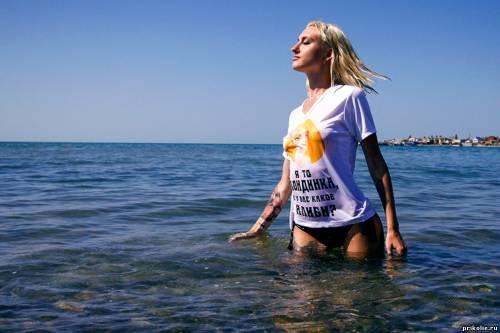 мокрая блондинка в футболке фото