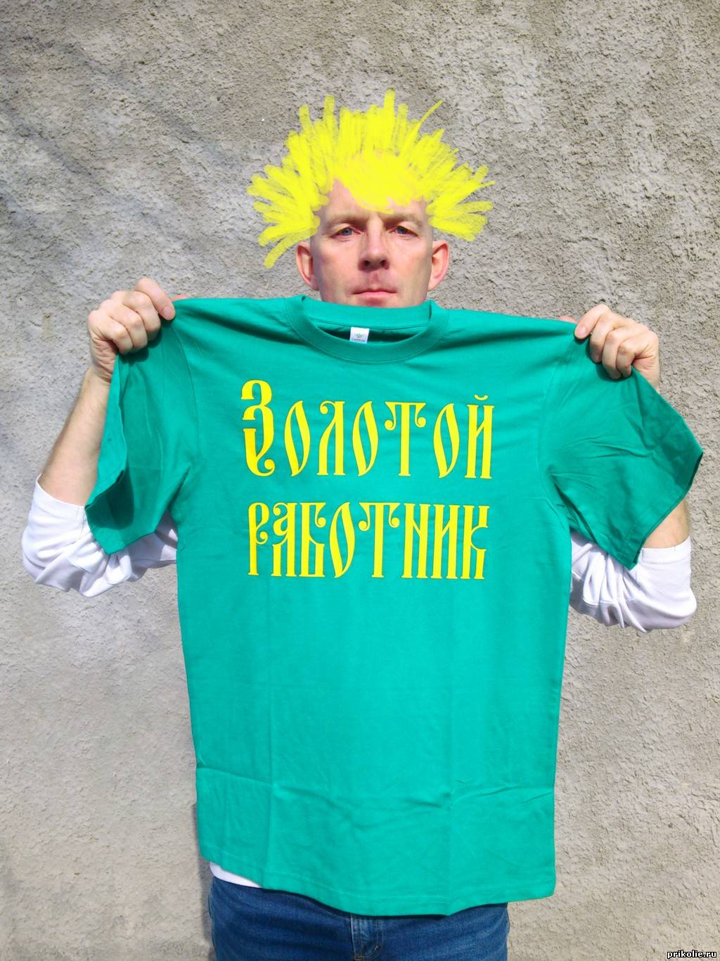 футболка с надписью Золотой работник. Как работать в интернете